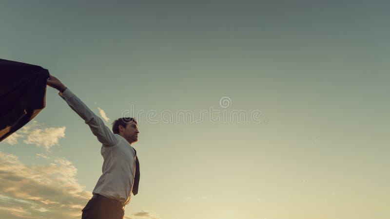 Lyckad ung affärsman med hans breda öppna anseende för armar i natur royaltyfri fotografi
