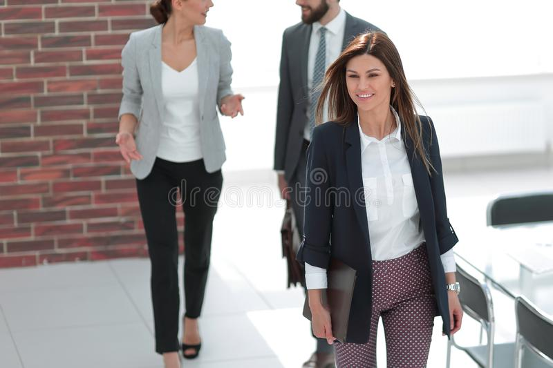 Lyckad ung kvinna i arbetsplatsen i kontoret royaltyfri bild
