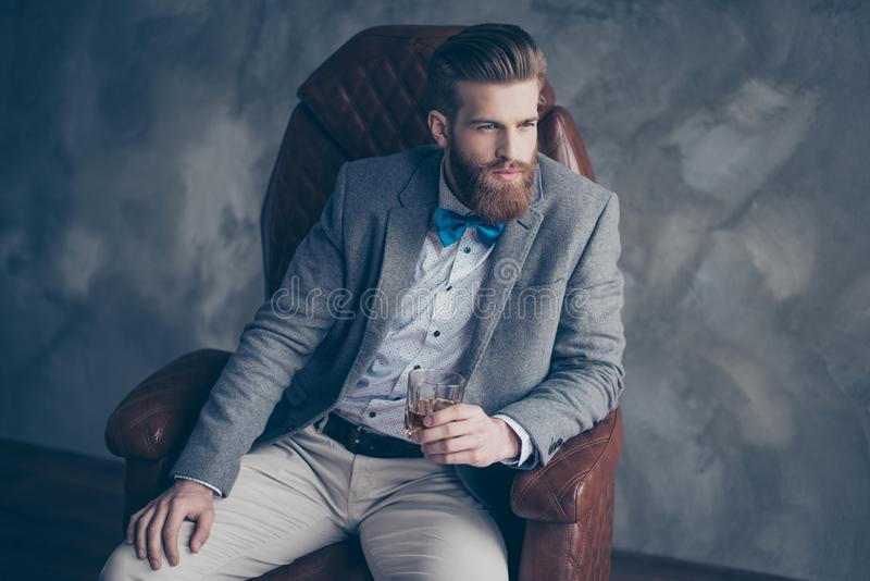 Lyckad ung röd skäggig elegant affärsman i dräkt med pe arkivbilder