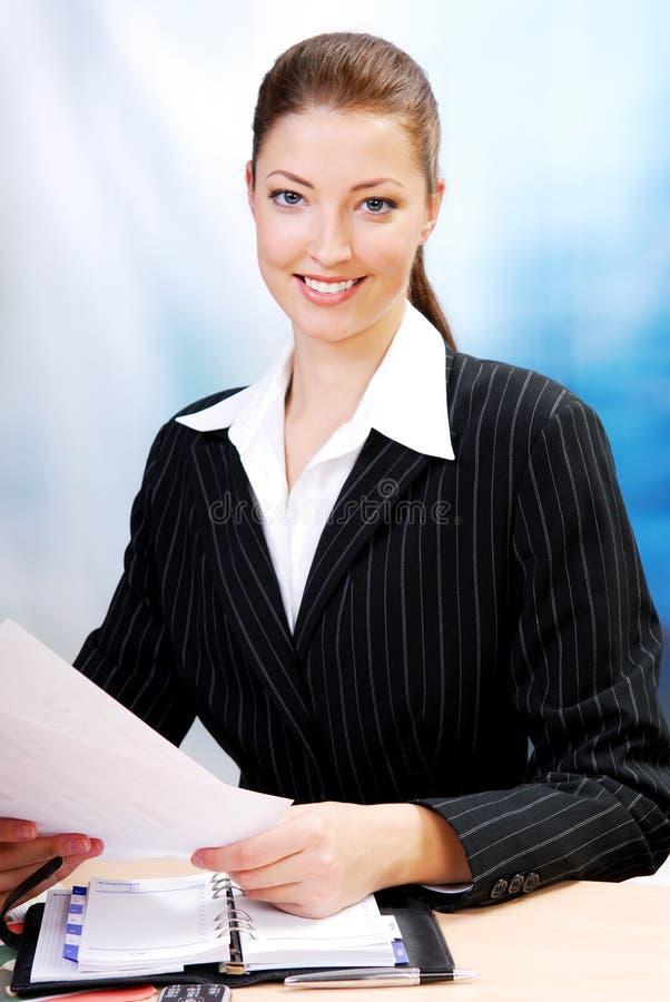 lyckad vuxen affärskvinna arkivfoto