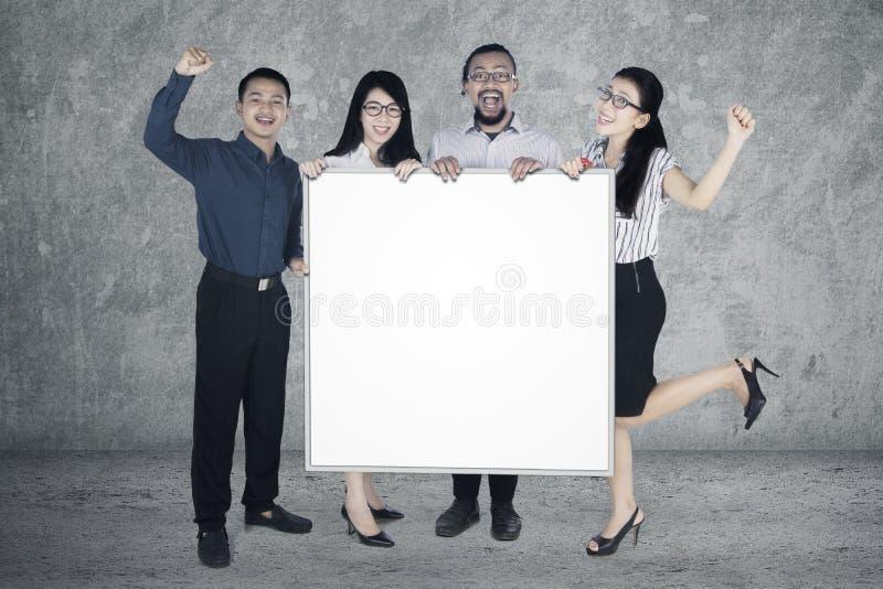 Lyckad whiteboard för håll för affärsfolk arkivfoton