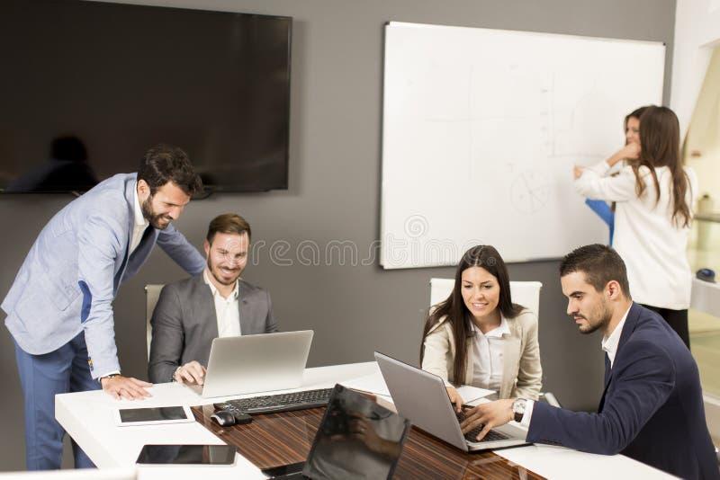 Lyckade chefer som diskuterar nytt affärsprojekt i ändring royaltyfri bild