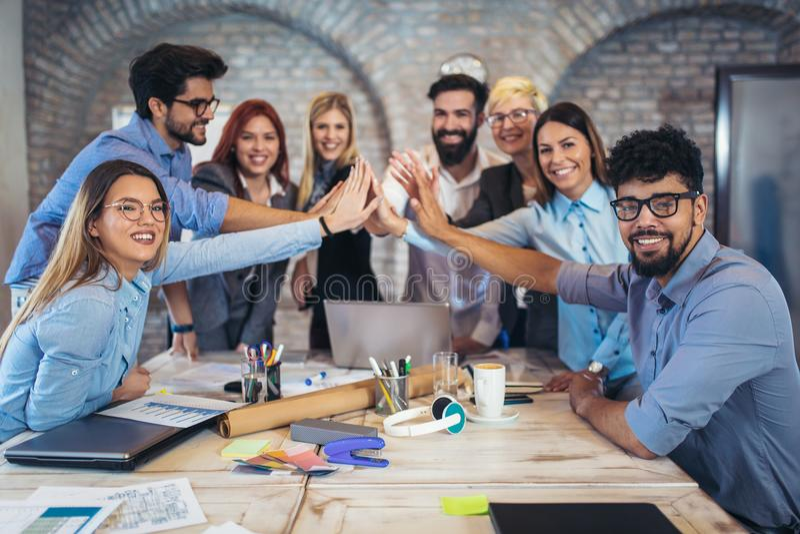 Lyckade entreprenörer och affärsfolk som uppnår mål royaltyfri bild