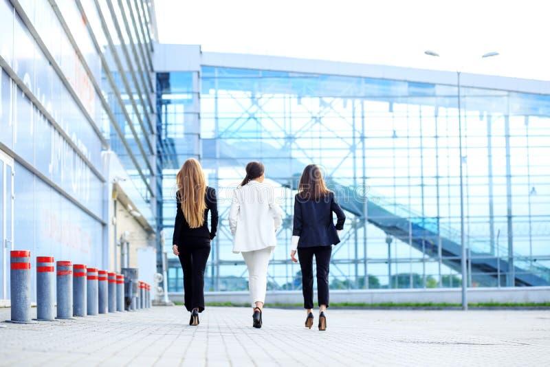 Lyckade kvinnor går till kontorsmitten Begrepp för affär, framstickande, robot, lag och framgång royaltyfri bild