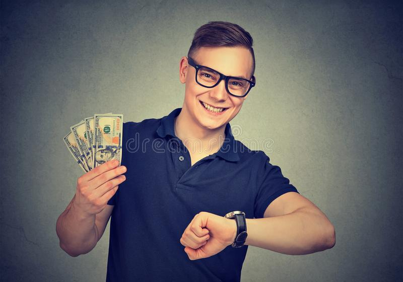 Lyckade lyckliga mandanandepengar fotografering för bildbyråer