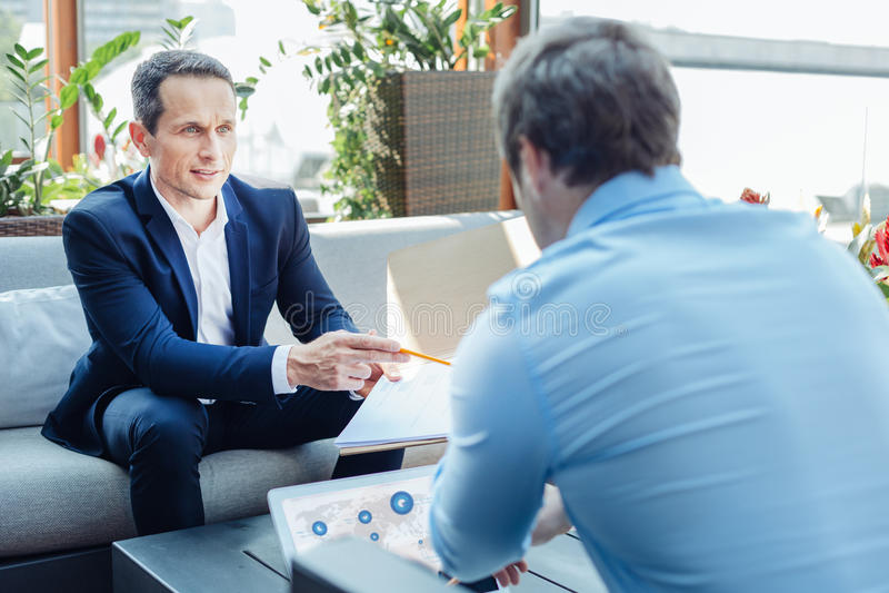 Lyckade stiliga entreprenörer som till varandra talar arkivbild