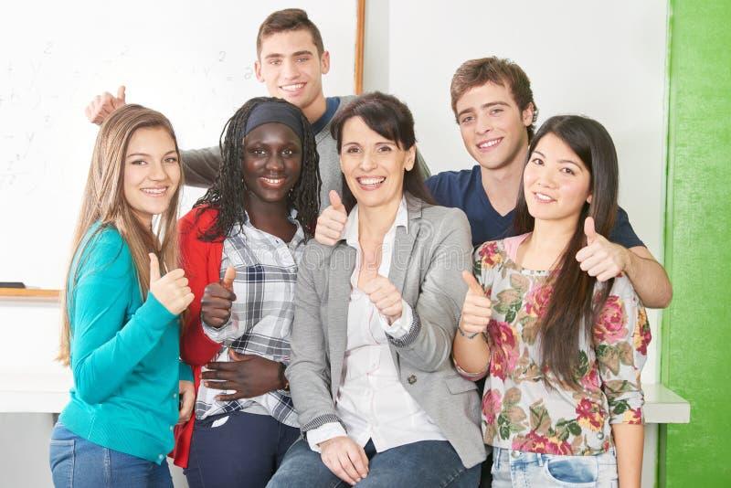 Lyckade tonårs- studenter arkivfoto