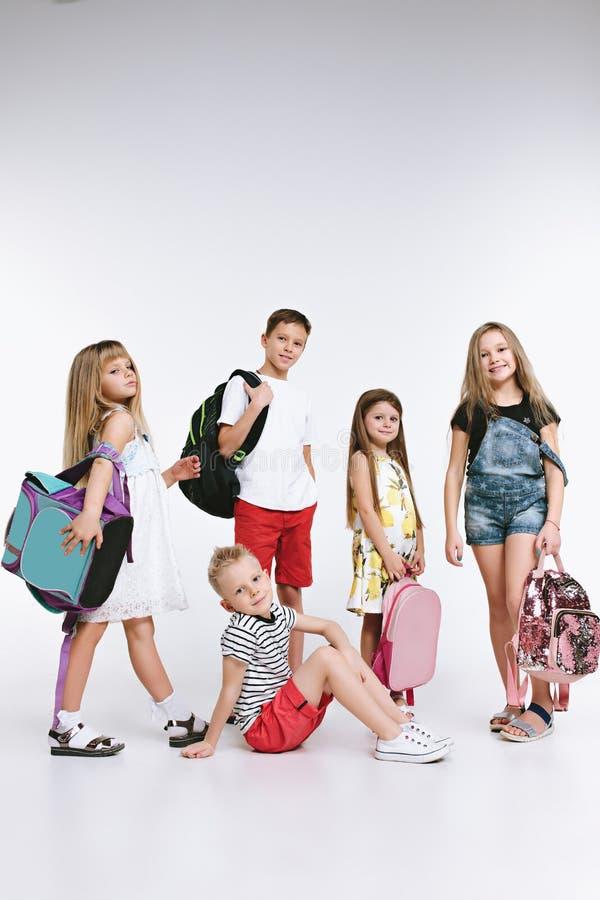 Lyckagruppen av gulliga och förtjusande studenter är tillbaka till skola royaltyfria foton