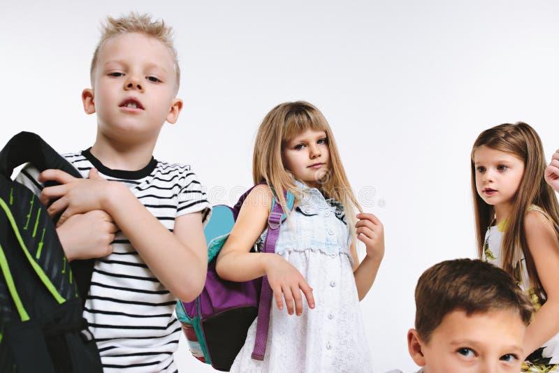 Lyckagruppen av gulliga och förtjusande studenter är tillbaka till skola royaltyfri foto