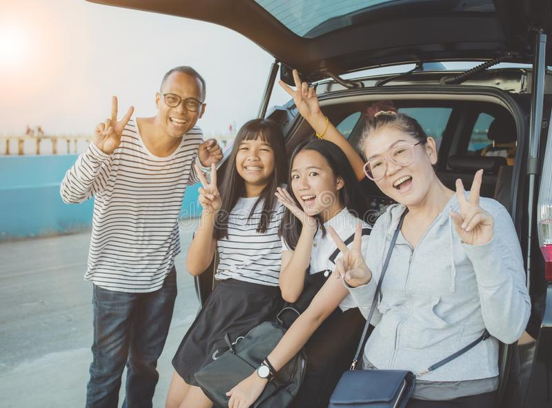 Lyckasinnesr?relse av den asiatiska familjen som tar ett fotografi p? semesterresandedestinationen royaltyfri foto