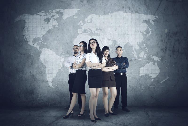 Lyckat affärsfolk med världskartan arkivfoto