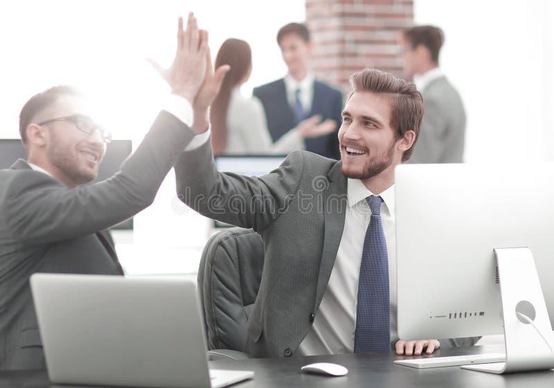 Lyckat affärsfolk som ger höjdpunkt fem för motivation royaltyfri bild