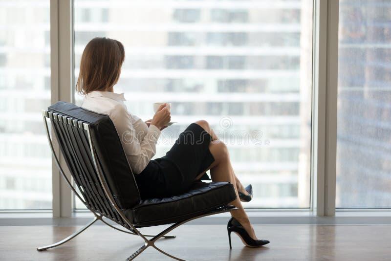 Lyckat affärskvinnasammanträde i bekväm stol som tycker om v arkivbilder