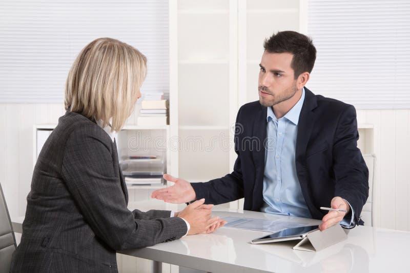 Lyckat affärslag eller dräkt och klient i ett möte arkivbilder