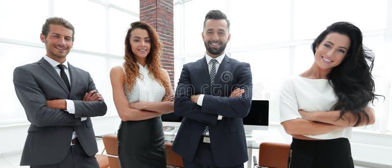 Lyckat affärslag i bakgrunden av kontoret royaltyfri foto