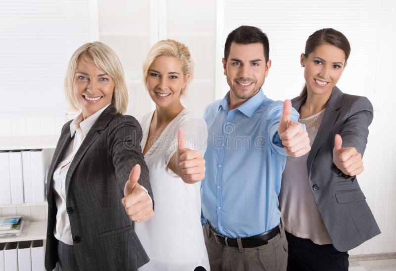 Lyckat affärslag i stående: mer kvinna som män med thu fotografering för bildbyråer