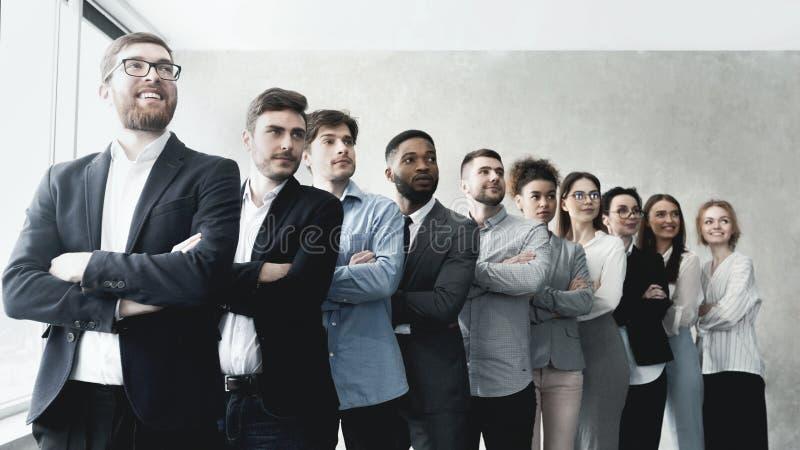 Lyckat affärslaganseende i rad på kontoret arkivfoto