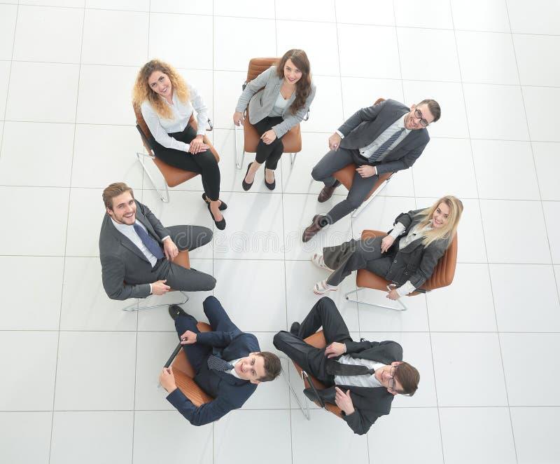 Lyckat affärslagsammanträde i en cirkel arkivfoton