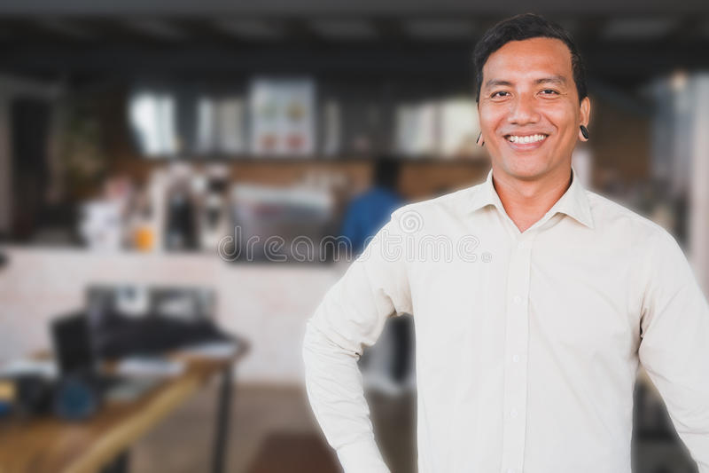 Lyckat anseende för små och medelstora företagägare på hans kafécoffee shop fotografering för bildbyråer