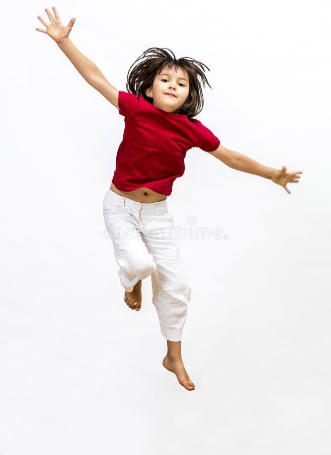 Lyckat barn som tycker om att flyga som uttrycker öppen mindedness och fantasi royaltyfria bilder