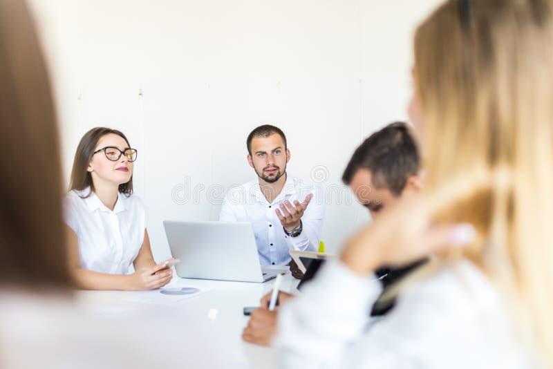 Lyckat för i-hus för för lagledare och företagsägare ledande informellt möte affär Affärsman som arbetar på bärbara datorn i förg royaltyfria foton
