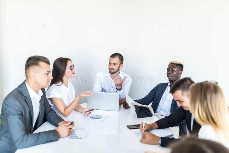 Lyckat för i-hus för för lagledare och företagsägare ledande informellt möte affär Affärsman som arbetar på bärbara datorn i förg arkivbild