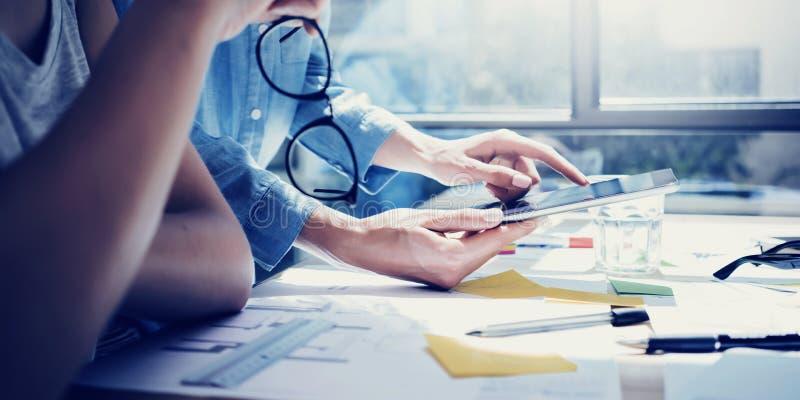 Lyckat för Team Analyze Business News Modern för kontochefer kontor för vind för design inre Coworkers som använder samtidan royaltyfri foto