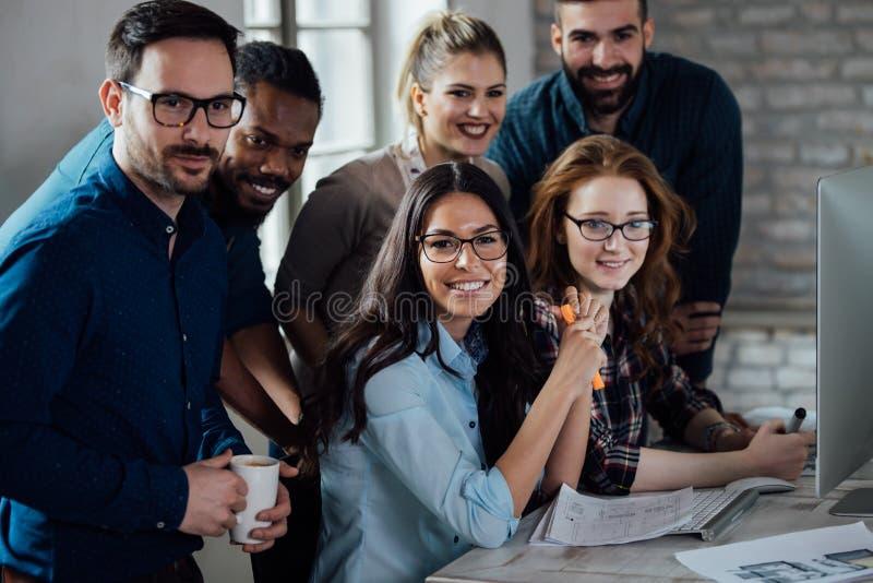 Lyckat företag med lyckliga arbetare arkivbild
