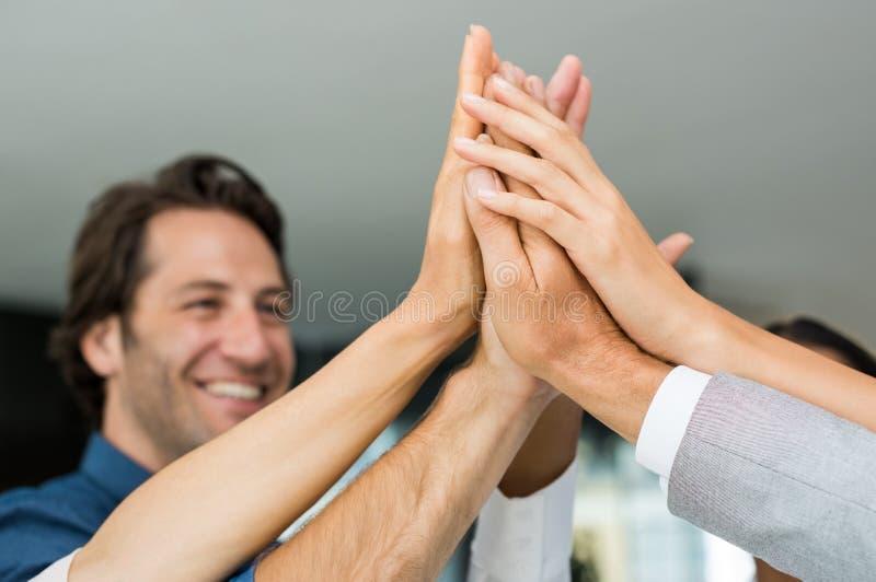 Lyckat folk som lyfter händer fotografering för bildbyråer
