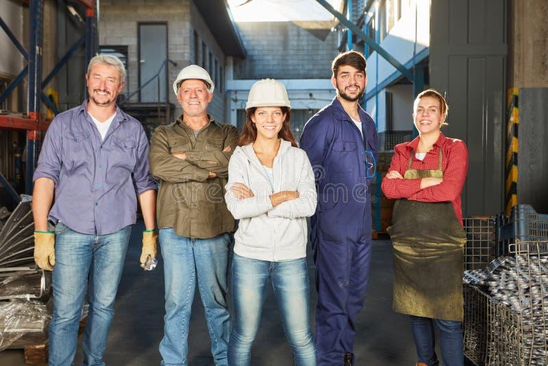 Lyckat lag av arbetare för blå krage arkivbild