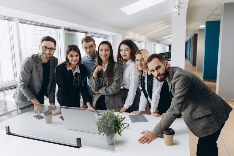 Lyckat lag på arbete Grupp av ungt affärsfolk som tillsammans arbetar och meddelar i idérikt kontor arkivfoton