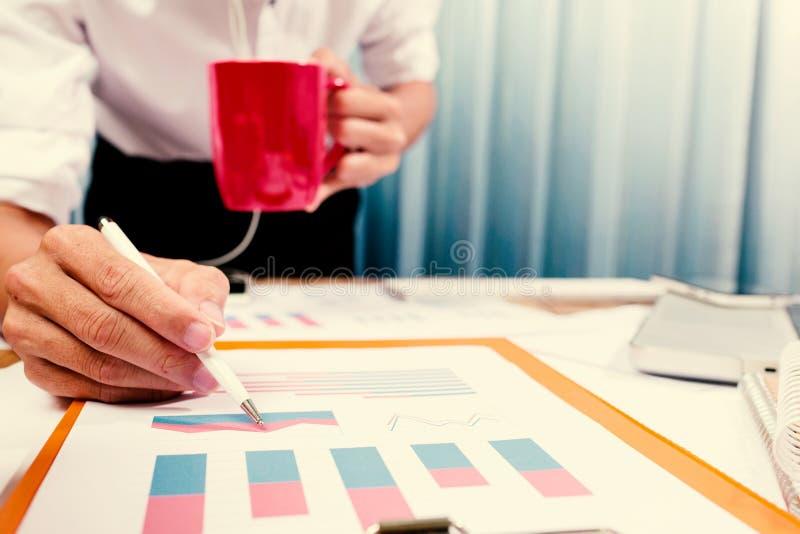 Lyckat projekt med affärsmannen som hårt arbetar på finansiellt c arkivfoton
