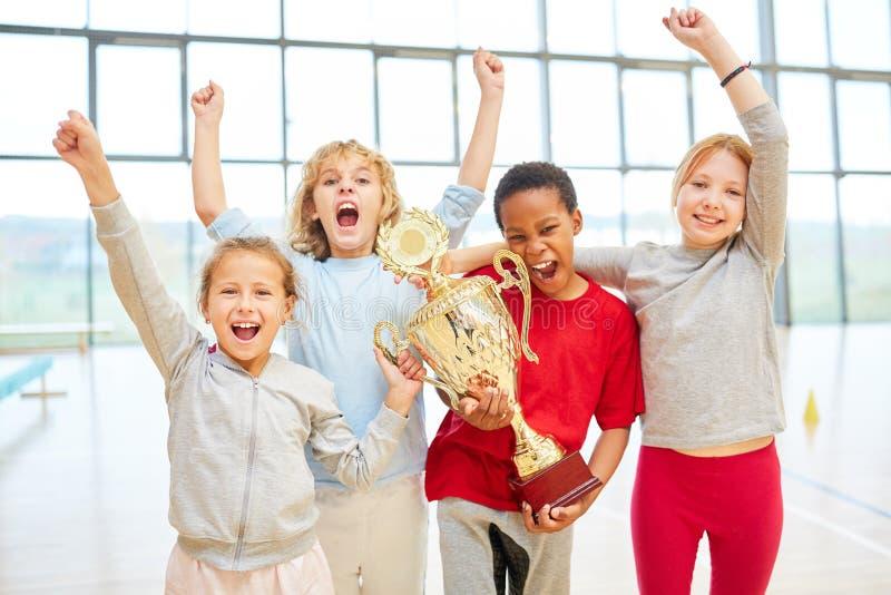 Lyckat studentlag med koppen royaltyfri fotografi