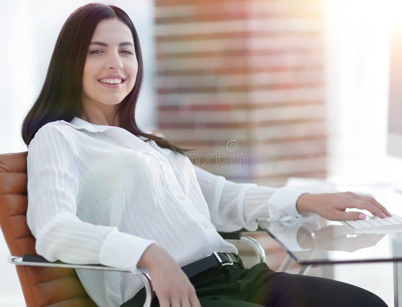 Lyckat ungt sammanträde för affärskvinna på arbetsplatsen arkivbilder