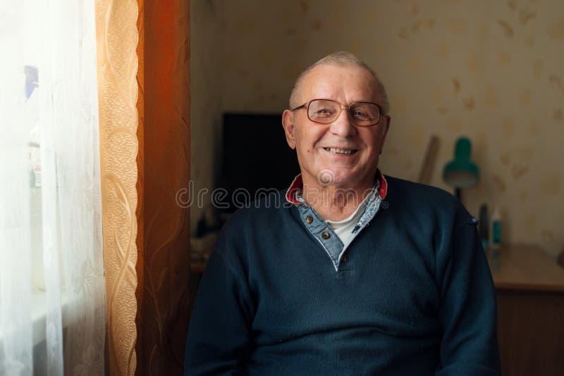 Lycklig äldre Caucasian man som ler hemmastadd lycklig avgång royaltyfria bilder