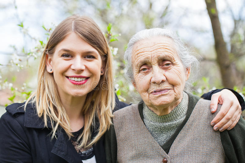 Lycklig äldre kvinna med den utomhus- vårdaren - vår royaltyfri fotografi