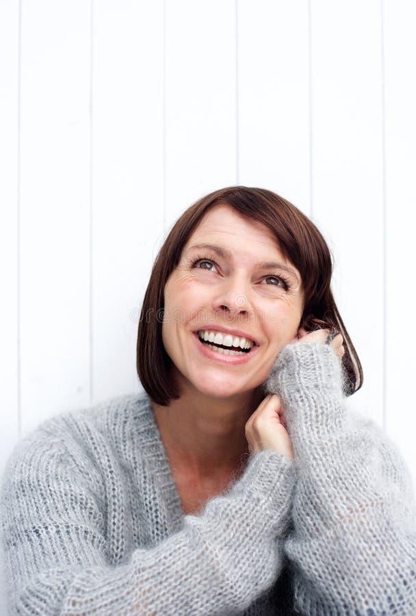 Lycklig äldre kvinna som ser upp i begrundande royaltyfri fotografi