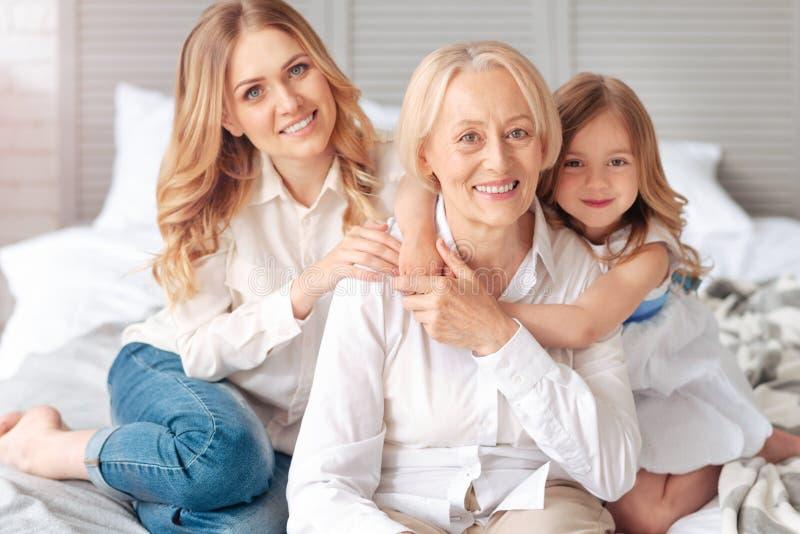Lycklig äldre kvinna som spenderar tid med hennes familj arkivbild
