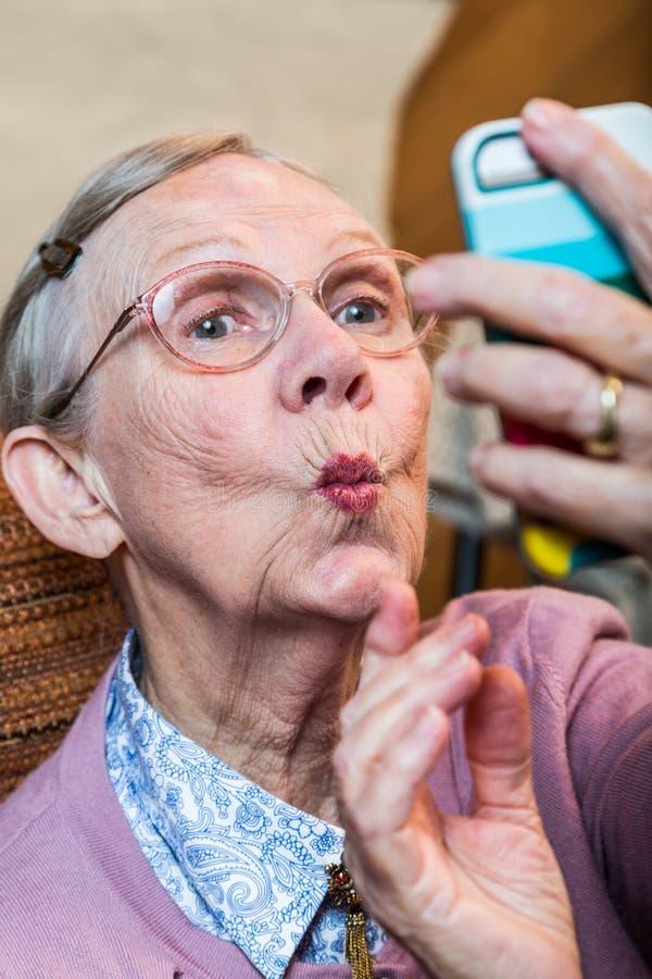 Lycklig äldre kvinna som tar Selfie arkivbilder