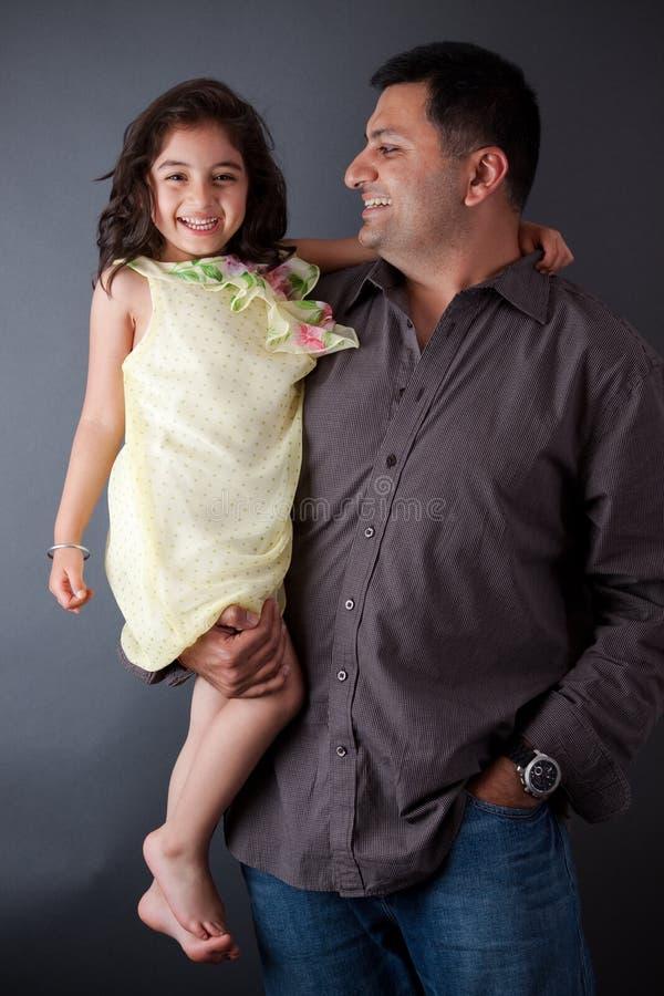 Lycklig östlig indisk man med hans dotter arkivbilder