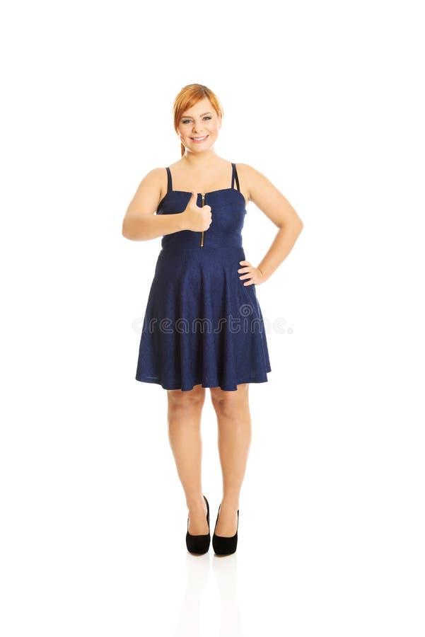 Lycklig överviktig kvinna med tummar upp royaltyfri foto