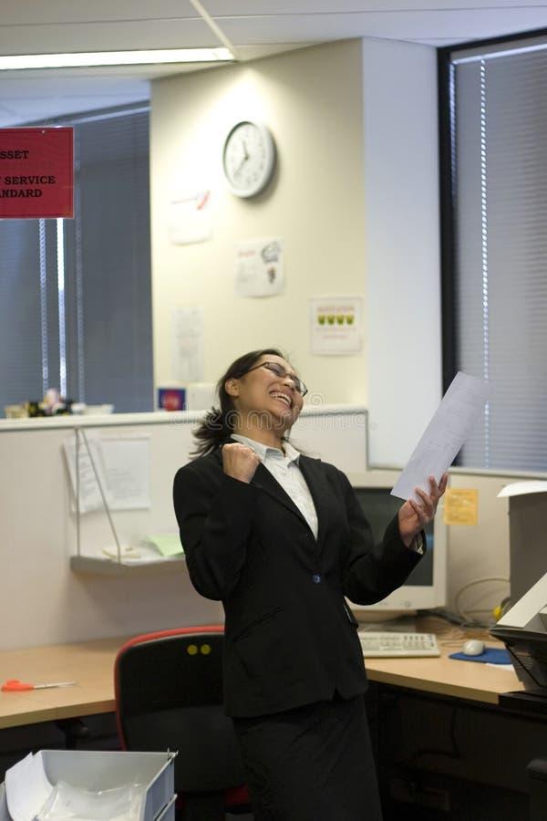 Download Lycklig affärskvinna arkivfoto. Bild av prestation, affär - 229238