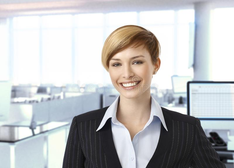 Lycklig affärskvinna i företags kontor royaltyfria bilder