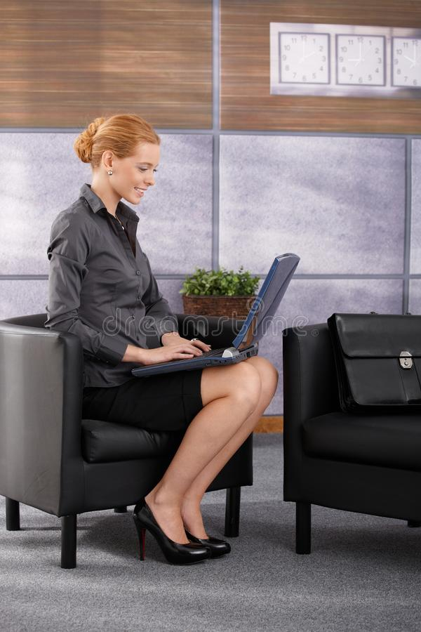 Lycklig affärskvinna med datoren royaltyfria bilder