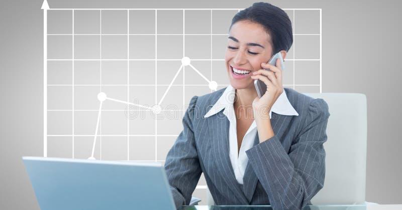 Lycklig affärskvinna som använder bärbara datorn och mobiltelefonen mot graf vektor illustrationer
