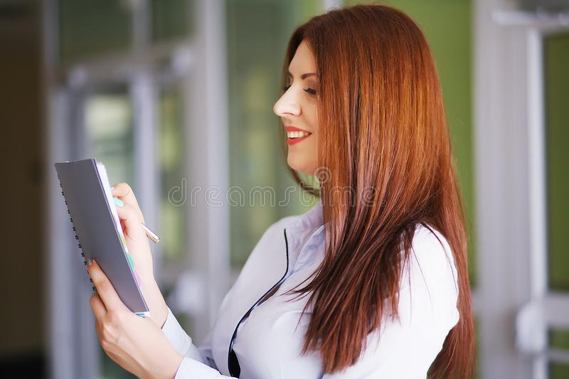 Lycklig affärskvinna som i regeringsställning arbetar med dokument arkivfoton