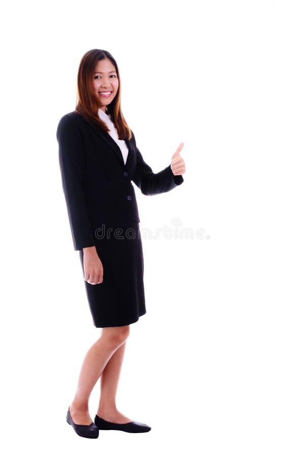 Lycklig affärskvinna som ler och ger tummar upp på vit backg royaltyfri bild