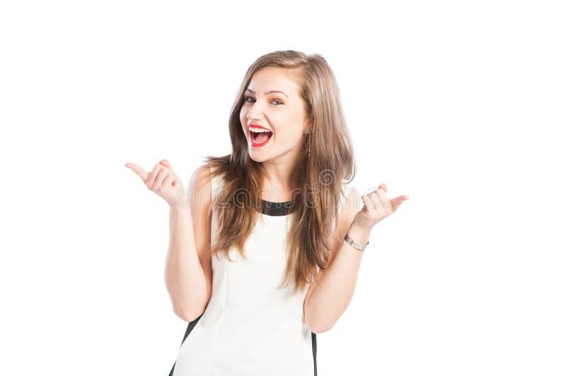 Lycklig affärskvinna som ler och pekar fingrar royaltyfri bild