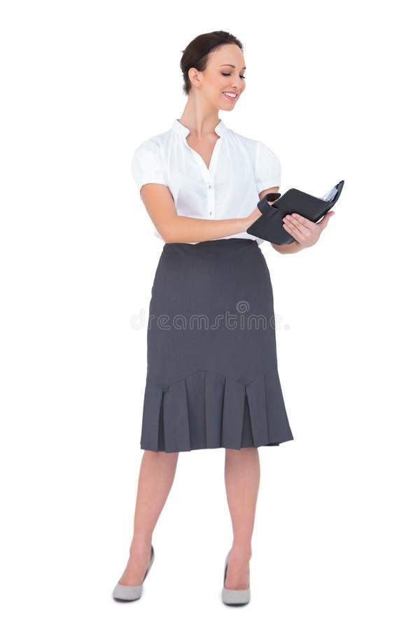 Lycklig affärskvinna som rymmer hennes datebook arkivfoton
