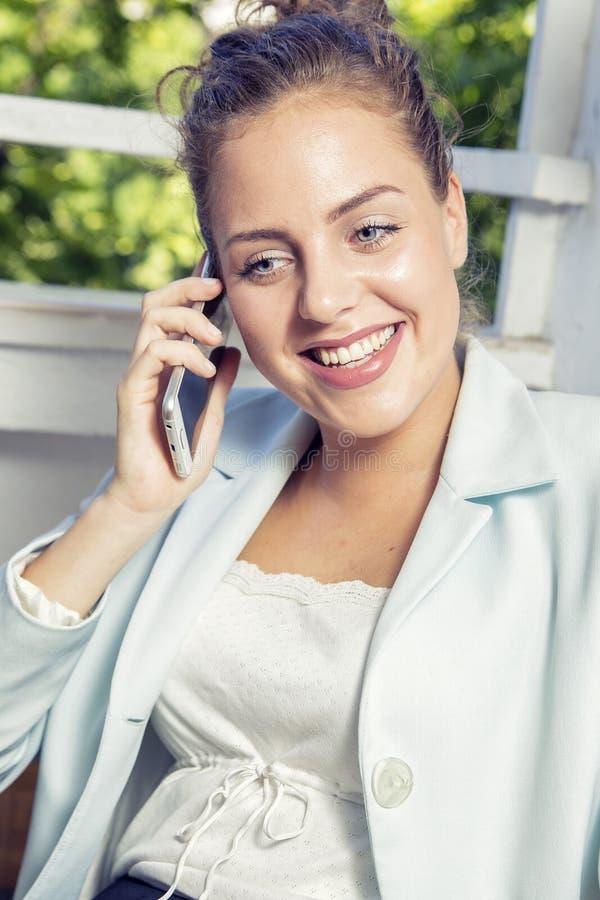 Lycklig affärskvinna som skrattar på telefonen arkivbilder